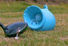 Vea lo que ocurre cuando una bola golpea un globo lleno de agua. Vídeo espectacular a cámara lenta