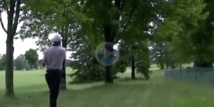 Cameron Tringale emuló a Seve con este golpe entre los árboles que sólo vio él. ¡Qué descaro!