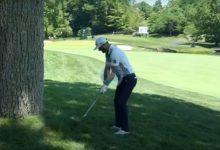 Dustin Johnson jugó a zurdas su approach, ¡y vaya approach!, tras quedarse la bola pegada a un árbol