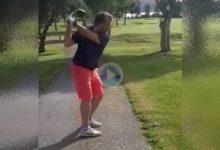 Con los pies en el camino y la bola en el rough, jugó el driver al fade por debajo de los árboles ¡Golpazo!