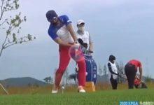 A Choi, artífice del swing del pescador, le salió rana el tiro. Pegó un metro detrás de la bola y ni la rozó