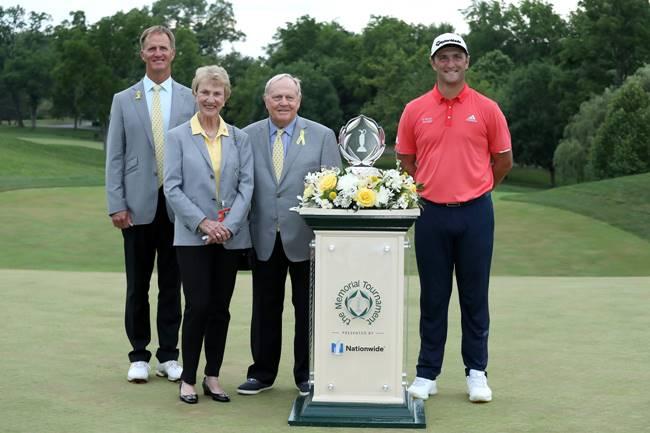 Jon Rahm con Jack Nicklaus y su esposa Bárbara durante la entrega de premios de the Memorial Tournament