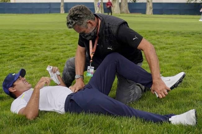 Brooks Koepka fue atendido varias veces sobre la hierba de Harding Park por problemas en su cadera