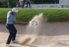 ¡Arte desde la arena! Jon Rahm dejó la bola a un palmo del agujero con esta impresionante sacada