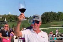 Miguel Ángel Jiménez celebró su victoria a pie de campo con una copa de vino que le acercó su mujer