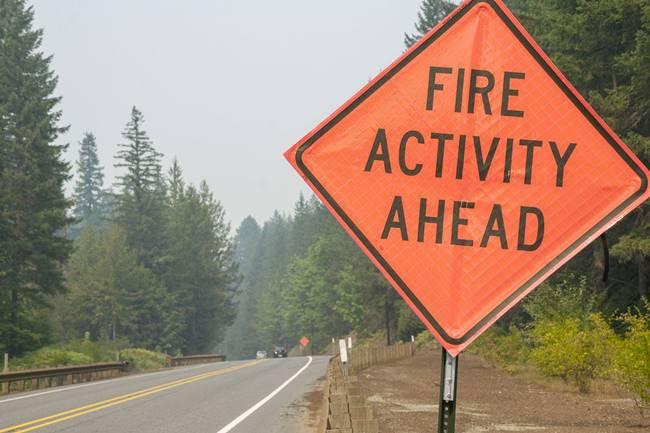 Señal que indica los incendios más adelante. Foto Oregon Live