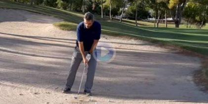 Toni Pastrana explica cómo evitar el filazo cuando la bola cae en un bunker con la arena dura o escasa