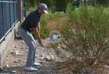 Simpson encontró el green pegado a la valla, con la bola sobre piedras y un arbusto y entre los árboles