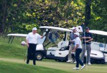 Trump enjugó sus penas jugando al golf en uno de sus campos mientras se hacía pública su derrota