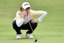 Con lluvia y con sol. Nuria Iturrioz lidera con mano firme el Andalucía Costa del Sol Open de España