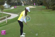 Nuria Iturrioz manda en el Andalucía Costa del Sol Open de España con golpazos como el dado en el 15