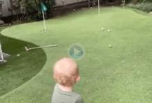 Putts, flop shots, chips… Vean y alucinen con el desparpajo de este pequeño en el campo de Golf