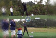 Vean y comparen el swing de Tiger Woods (44 años) con el de su hijo Charlie (11), un clon del campeón