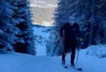 Schwab celebró la entrada del año subiendo una montaña con esquís dando toques a una bola