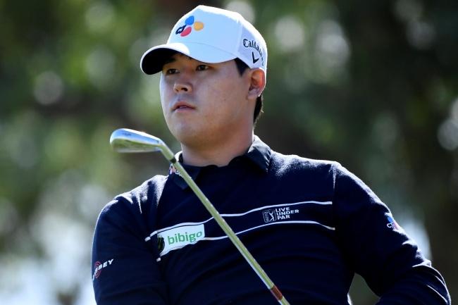 Si Woo Kim impresiona en el PGA Tour con la larga sombra del servicio militar en el horizonte