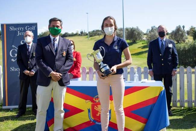 Andrea Revuelta con el trofeo del Campeonato de España Sub 18 Femenino 2021