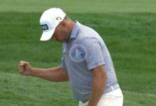 Westwood sacó el puño por este purazo desde el rough para eagle. El inglés a por su 3er título PGA