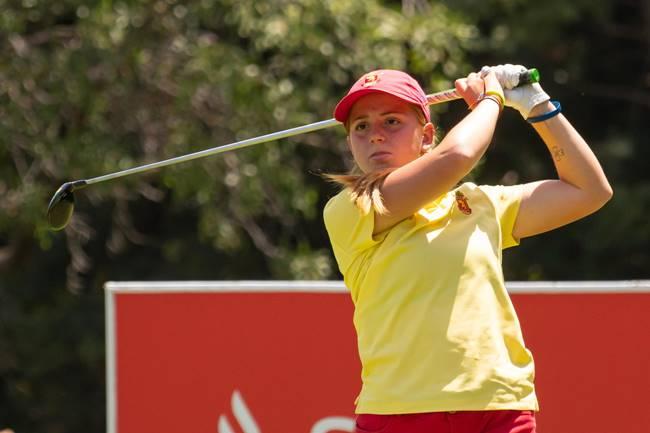 La joven castellonense amateur Carla Bernat, líder del Santander Golf Tour Málaga a base de birdies
