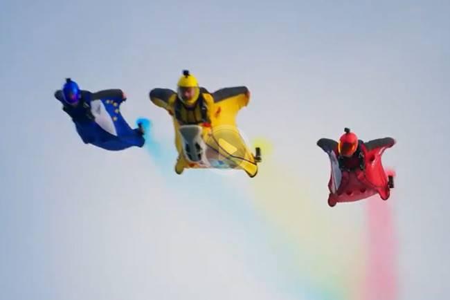 Espectáculo americano: La Copa Ryder llegó al escenario volando de la mano de 3 hombres pájaro