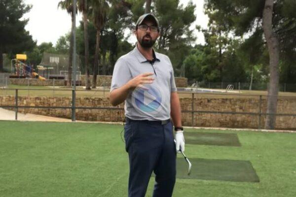 Haz el swing cuando vayas a golpear la bola como si fuera el de prueba. Rafa Pérez te enseña el cómo